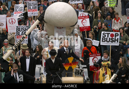 demonstrators dressed as queen elizabeth and u s president george w bush travel in a horse drawn carriage towards - Stock Photo
