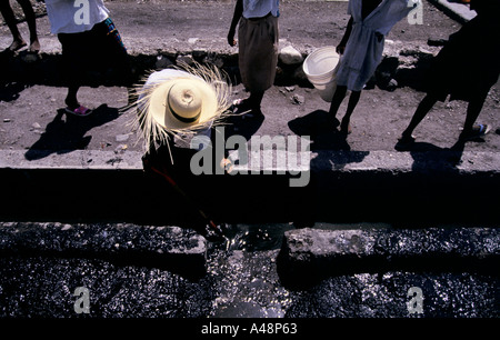 Roadmenders in the slum cite soleil in port au prince cleaning up a street - Stock Photo
