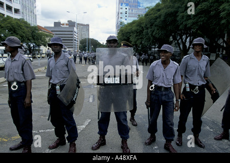 peace rally harare 1 4 00 protest against the governments collusion with farmstead squatters riot police 2000 - Stock Photo
