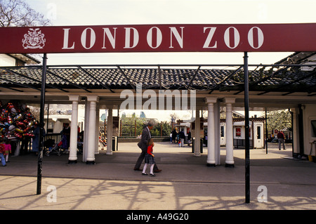 Entrance to London zoo in Regents Park - Stock Photo