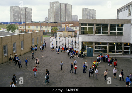 CHILDREN IN THE PLAYGROUND, HOLYROOD SECONDARY SCHOOL, GLASGOW. - Stock Photo