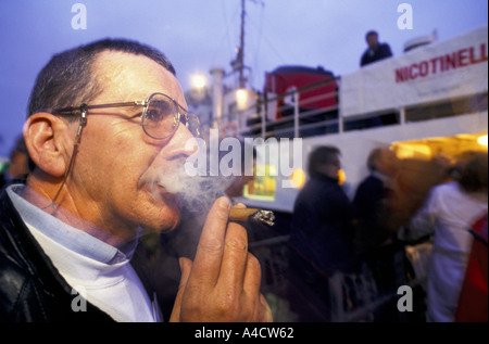 SMOKESTOP' LUNDY ISLAND 1994, SMOKESTOPPER JIM DOHERTY SMOKES HIS LAST CIGARETTE ON THE BIDEFORD QUAYSIDE. - Stock Photo