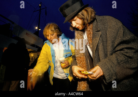 SMOKESTOP' LUNDY ISLAND 1994, SMOKESTOPPERS EXTINGUISHING THEIR LST CIGARETTES. - Stock Photo