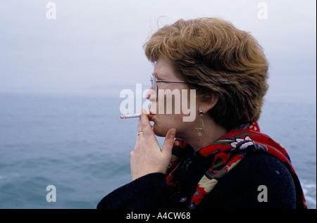 SMOKESTOP' LUNDY ISLAND 1994, GEORGINA EDWARDS & CHRISTINE GARBUTT (RIGHT), JOURNALIST & SMOKESTOPPER, HAVING LAST - Stock Photo
