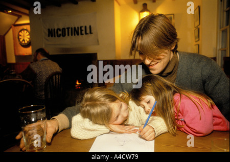 SMOKESTOP' LUNDY ISLAND 1994, SMOKESTOPPER WITH HIS DAUGHTERS IN A PUB ON THE ISLAND - Stock Photo