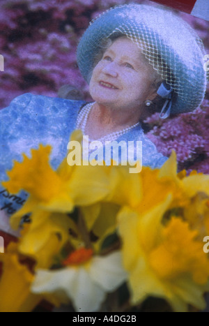 Floral tributes placed by well-wishers outside St James's Palace to  commemorate the Queen Mother, 2002 - Stock Photo