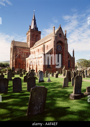 dh St Magnus Cathedral KIRKWALL ORKNEY Cathedral building and graveyard orkneys - Stock Photo