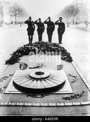 German soldiers saluting the Tomb of the Unknown Soldier, Paris, December 1940. Artist: Unknown - Stock Photo