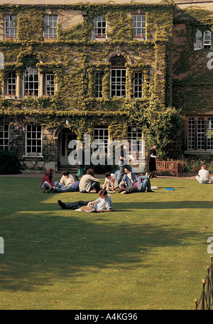 Students sitting on grass in Jesus College Quad, Oxford - Stock Photo