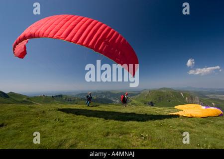 A paraglider ready to take off (Puy de Dôme-France). Parapentiste s'apprêtant à prendre son envol (Puy de Dôme-France). - Stock Photo