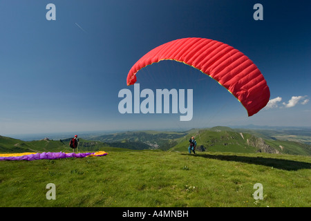 A paraglider ready to take off (Puy de Dôme - France) Parapentiste s'apprêtant à prendre son envol (Puy de Dôme - Stock Photo