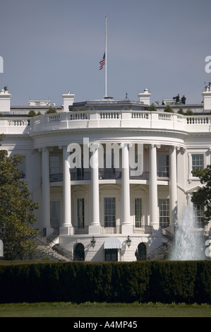 The White House and the South Lawn from Executive Avenue Washington DC with secret service on roof and flag flying - Stock Photo
