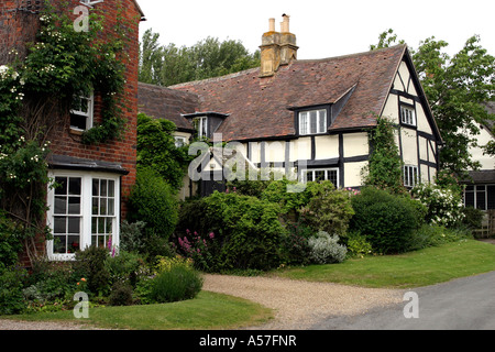 UK Worcestershire Cropthorne half timbered cottages - Stock Photo