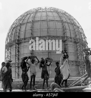BARC - Bhabha Atomic Research Centre under construction by men and women carrying construction material on their - Stock Photo