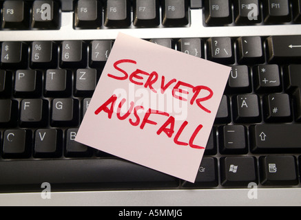 Server Ausfall Post It auf Computertastatur Server Breakdown notice on computer keyboard - Stock Photo