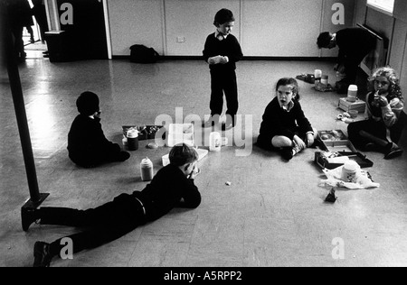 ENNISKILLEN INTEGRATED PRIMARY SCHOOL CHILDREN AT LUNCH TIME EATING PACKED LUNCHES - Stock Photo