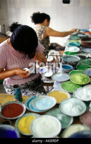 Artisans working in an handcrafts' atellier. Beijing sorroundings. China. - Stock Photo