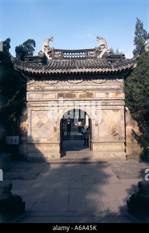 China, Zhejiang, Hangzhou, Yue Fei Mu (Tomb of Yue Fei), carved stone entrance archway to internment site of Song - Stock Photo