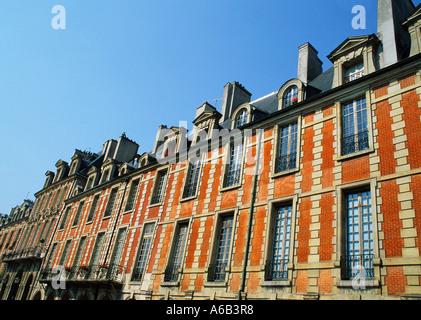 France, Paris, Place des Vosges in the Marais district. 17th century brick apartment buildings in oldest square in central Paris. 4th arrondissement.