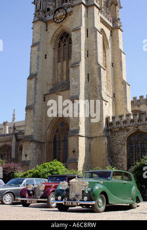 vintage cars from the 1930's and 1940's parked in front of a classic oxford building - Stock Photo