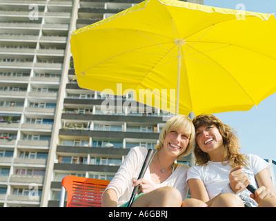 Female golfers under parasol - Stock Photo