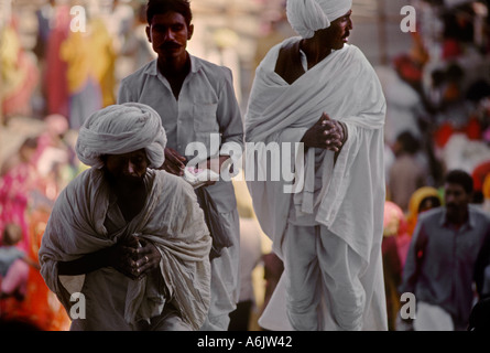 HINDU PILGRIMS PRAY at the PUSHKAR BRAHMA TEMPLE the only one in INDIA RAJASTHAN - Stock Photo