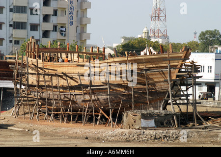 Dhow building at Mandavi Port on the  Rukmavati RIver,in Gujarat India - Stock Photo