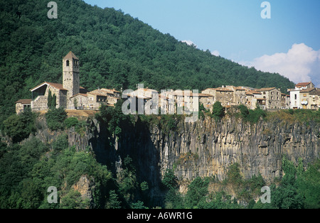 Castellfollit De La Roca, Catalonia, Northern Spain. A town built on a rock face. - Stock Photo