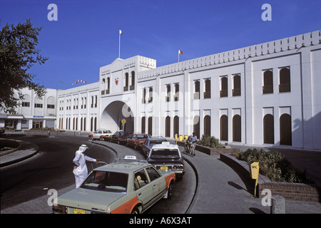 1988. Former Government Offices in Bahrain with taxis waiting outside - Stock Photo