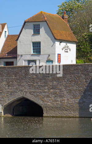 Abingdon, Oxfordshire, England. The Nags Head pub sits on the bridge over the River Thames - Stock Photo