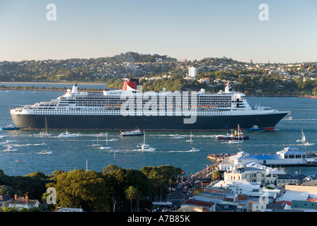 The largest ship ever to visit New Zealand the 151 400 ton Queen Mary 2 arrives to a spectacular welcome in Auckland - Stock Photo