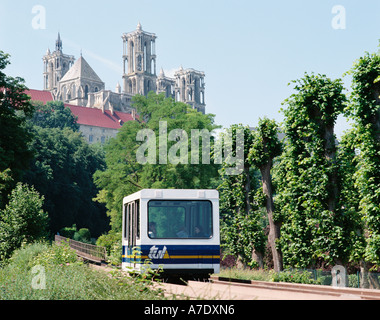 FRANCE  PICARDY  LAON THE POMA 2000  MINI METRO NOTRE DAME CATHEDRAL - Stock Photo