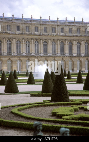 Chateau de Versaille palace house and topiary garden - Stock Photo