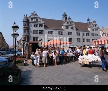 Wochenmarkt vor dem Renaissancerathaus in Torgau, Elbe, Sachsen - Stock Photo