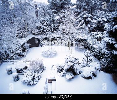 Jahreszeiten, Winter, verschneiter Garten - Stock Photo
