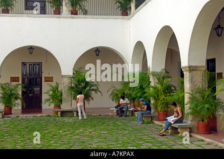 Students relaxing in the inner courtyard of the University of Yucatan - Stock Photo