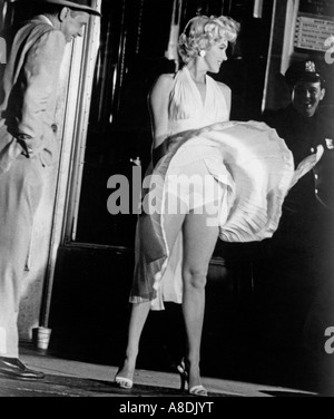 THE SEVEN YEAR ITCH - Marilyn Monroe on the set of the 1955 TCF film with Tom Ewell at left - Stock Photo