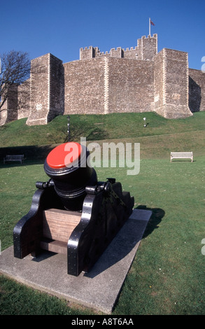 Dover Castle with cannon - Stock Photo