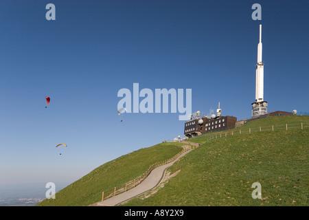 Paragliders above the Puy-de-Dôme top (France). Parapentistes au dessus du sommet du Puy-de-Dôme (France). - Stock Photo