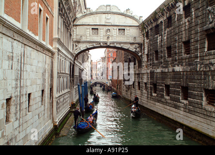bridge of sighs with gondolas in venice Seufzerbrücke am Palazzo Ducale Dogenpalast und Palazzo d Prigiono in Venedig - Stock Photo