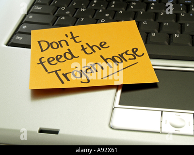 memo note on notebook don t feed the Trojan horse - Stock Photo