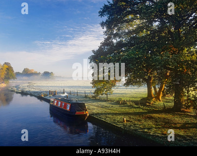 RIVER WEY SURREY Narrowboat awaits passage through Papercourt Lock on the River Wey at dawn, on a crisp frosty autumn - Stock Photo