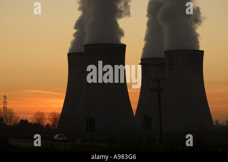 Smoke billowing from Fiddlers Ferry power station, Cheshire - Stock Photo