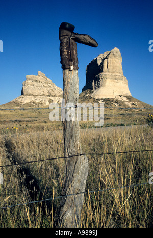 BOOT ON FENCEPOST. COURTHOUSE AND JAIL ROCKS, OREGON TRAIL LANDMARKS IN WESTERN NEBRASKA. FALL. - Stock Photo