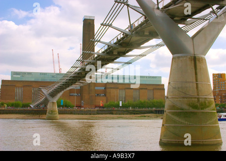 Millenium Bridge over the River Thames leading to Tate Modern, London, UK - Stock Photo