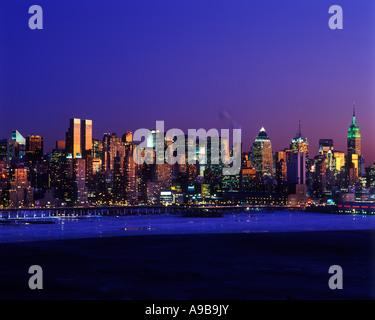 WINTER ICE ON HUDSON RIVER MIDTOWN SKYLINE MANHATTAN NEW YORK CITY USA - Stock Photo