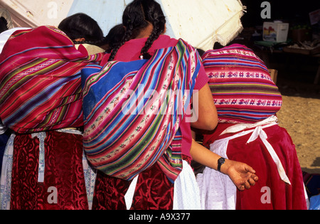 San Juan del Oro, Peru. Three women with manta bundles from the back. - Stock Photo