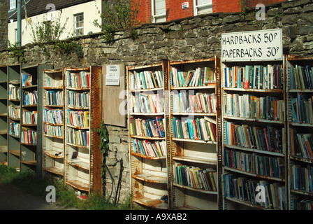 Hay on Wye booksellers outdoor shelves of low priced items - Stock Photo