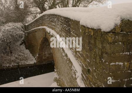 Snowy Bridge in Buckinghamshire over the grand union canal near puttenham - Stock Photo