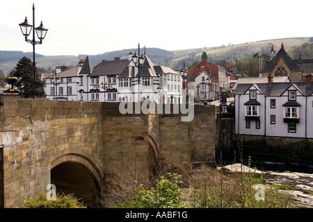 UK Wales Clwyd Llangollen old stone bridge over River Dee Afon Dyfrdwy - Stock Photo